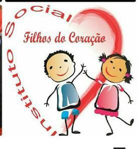 Juíza de Coração de Maria presenteia jovens do instituto social filhos do Coração com vários violões.