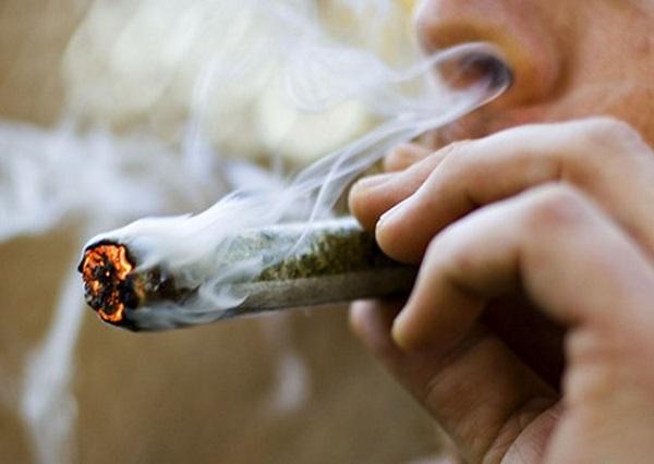 Fumar maconha acelera o envelhecimento cerebral