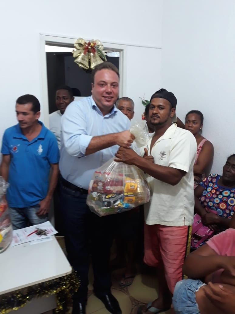 Prefeitura entrega centenas cestas básicas para famílias carentes de Pedrão