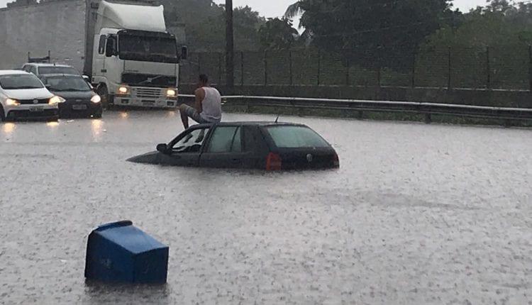 Chuva forte deixa ruas alagadas e provoca prejuízos para moradores de Amélia Rodrigues