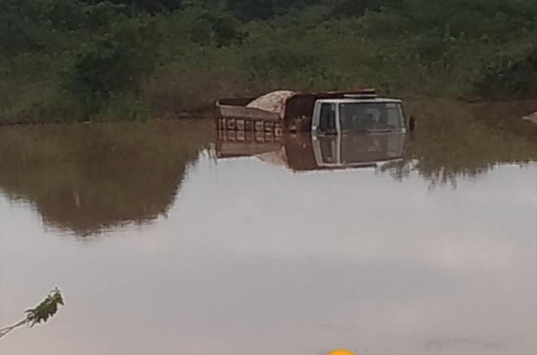 Motorista tem o carro ilhado e coberto por chuva em Coração de Maria.