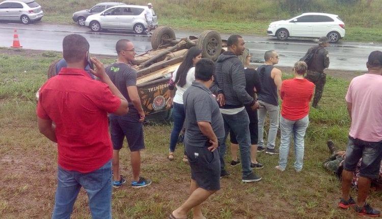 SUSTO: Viatura da Polícia Militar capota na BR-324; três ficaram feridos