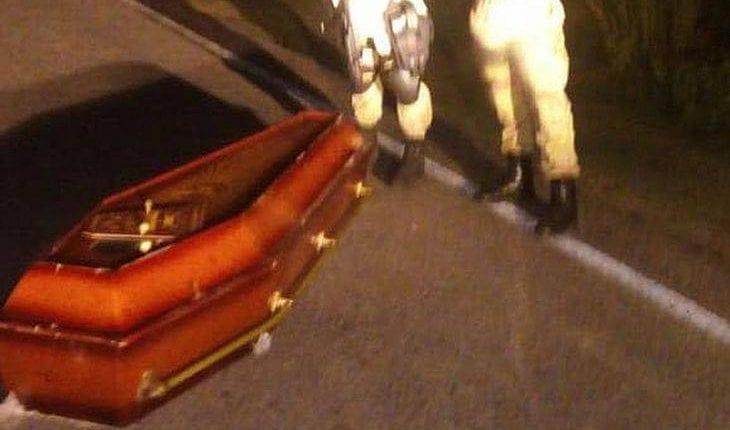 VIXE: Caixão cai de carro funerário e corpo fica abandonado em estrada