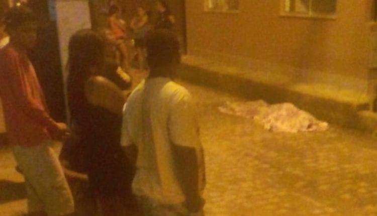 SANGUE DERRAMADO: Jovem é assassinado a tiros em residencial de Feira de Santana