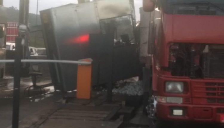 SUSTO: Carreta colide com cabine em praça de pedágio de Amélia Rodrigues