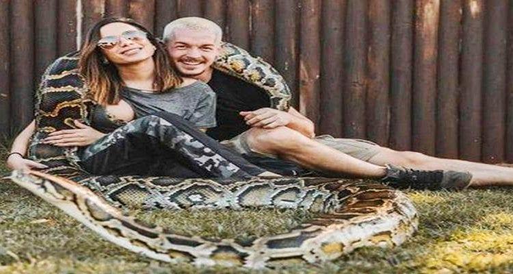 CORAJOSA: Solteira, Anitta posa com cobra gigante e cuidador bonitão