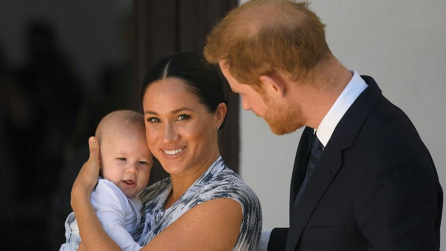 Harry e Meghan posam com Archie em primeiro passeio oficial do bebê