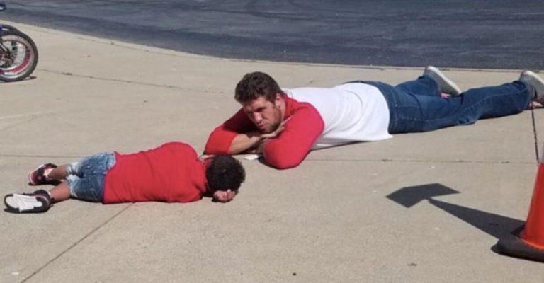 Professor se deita no chão ao lado de aluno com Down para confortá-lo em um dia difícil