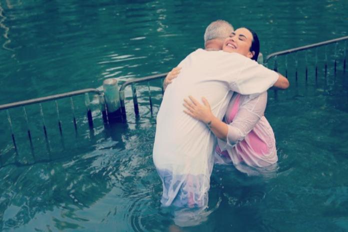 Demi Lovato é batizada no mesmo rio de Jesus Cristo: 'me senti renovada'