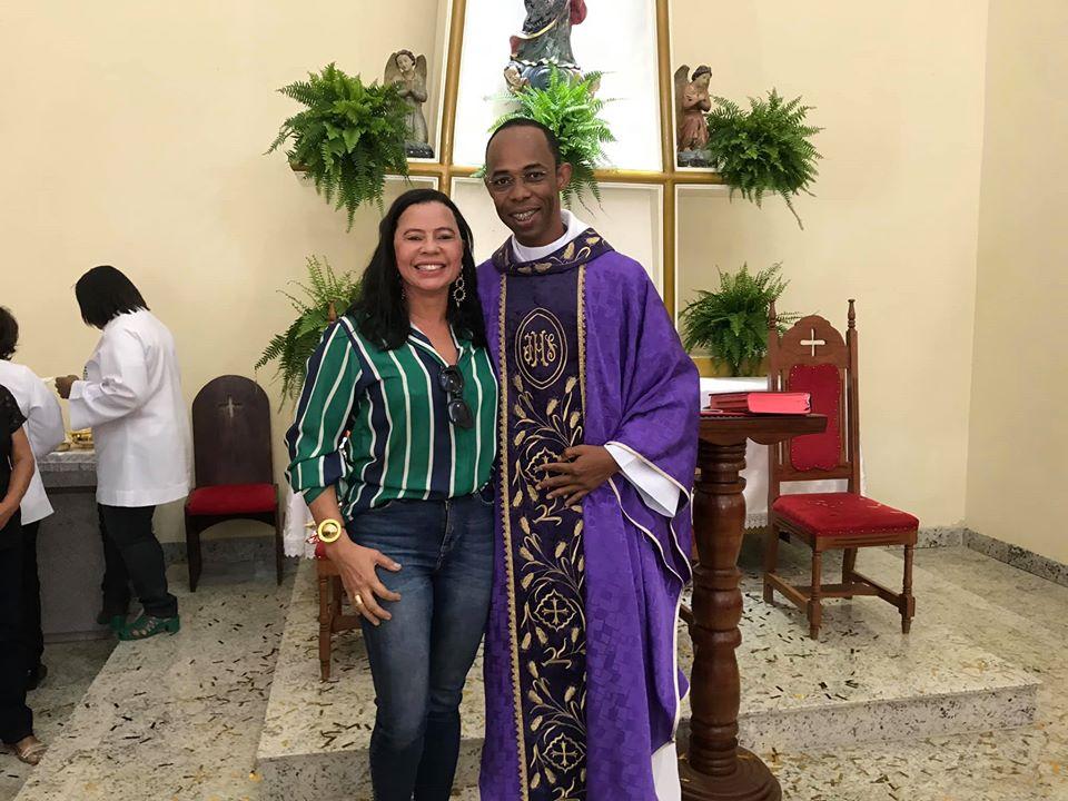 Prefeita Normelia participa da missa de sete anos de ordenação sacerdotal do Padre Luciano.