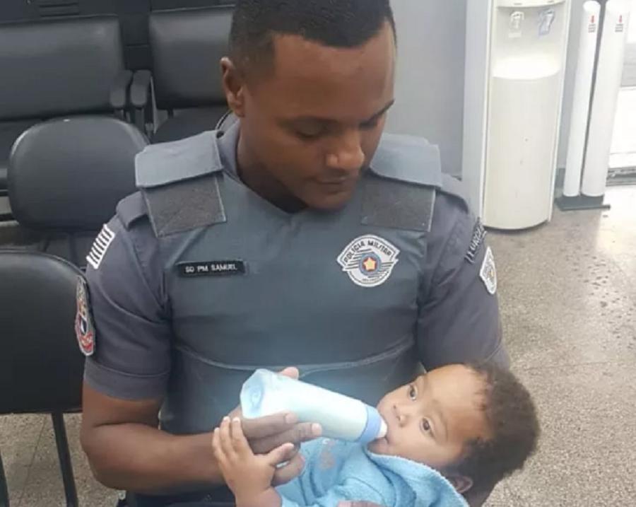 Menino é alimentado por policiais após ser abandonado na rua