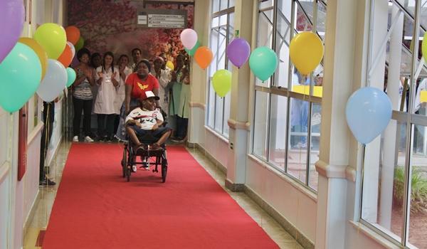 Menino de 13 anos deixa hospital após passar um ano e seis meses internado em Feira de Santana