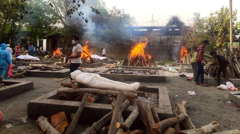 Covid-19: superlotados, crematórios na Índia incineram corpos a céu aberto