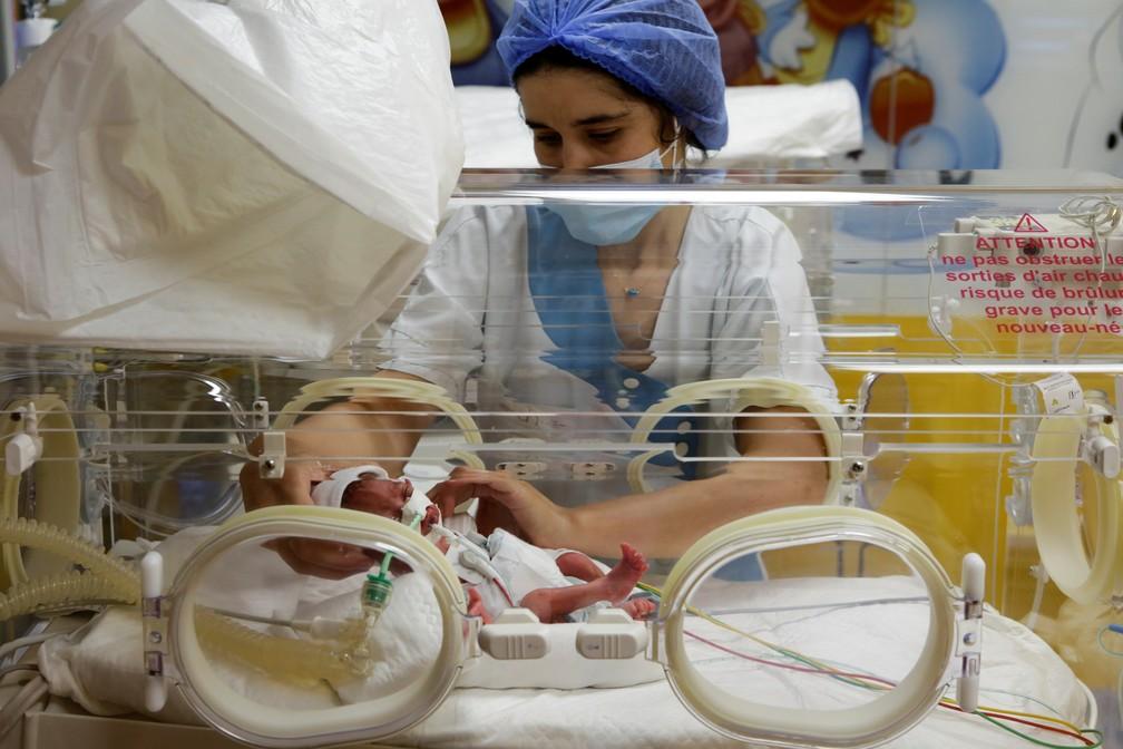 Em caso raríssimo, grávida pare 9 bebês de uma só vez e choca o mundo