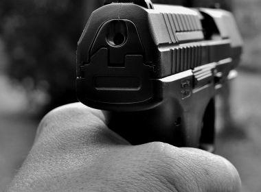 Passageiro armado reage e acerta dupla que tentava assaltar ônibus em Salvador