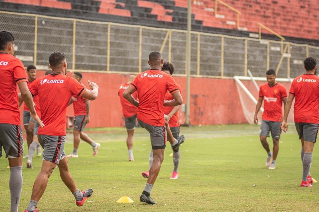 Em manhã chuvosa, Vitória encerra preparação para enfrentar o Botafogo