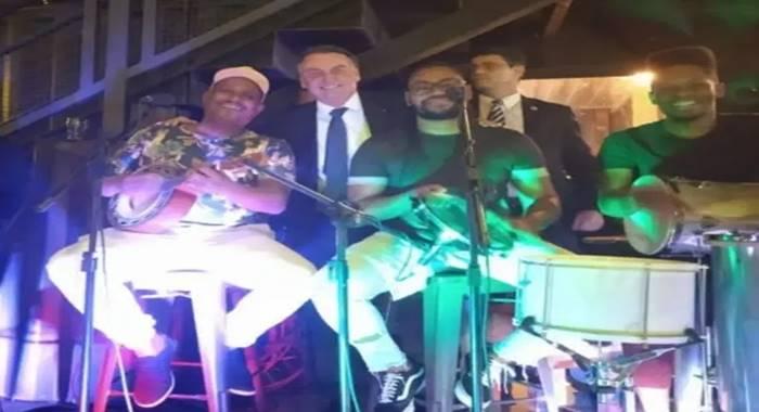 AGLOMEROU? Ao som de uma banda de pagode, Bolsonaro curte festa de aniversário sem máscara