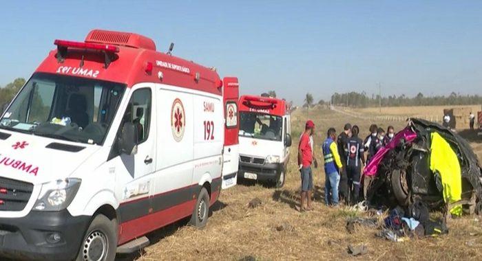 TRAGÉDIA: Acidente entre ambulância, carro e carreta deixa cinco pessoas mortas