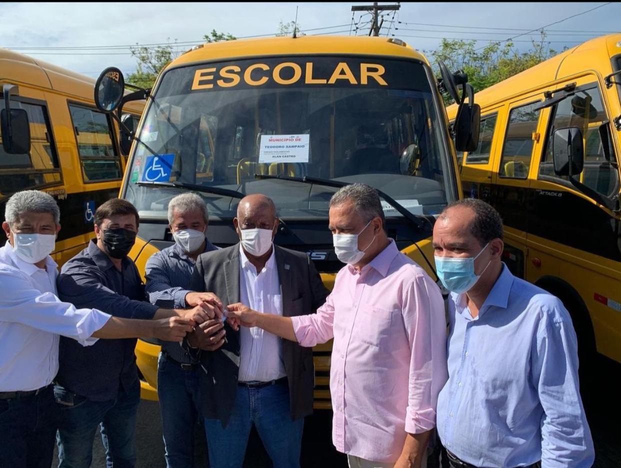 TEODORO SAMPAIO: Prefeito José Alves recebe ônibus escolar do governo do Estado