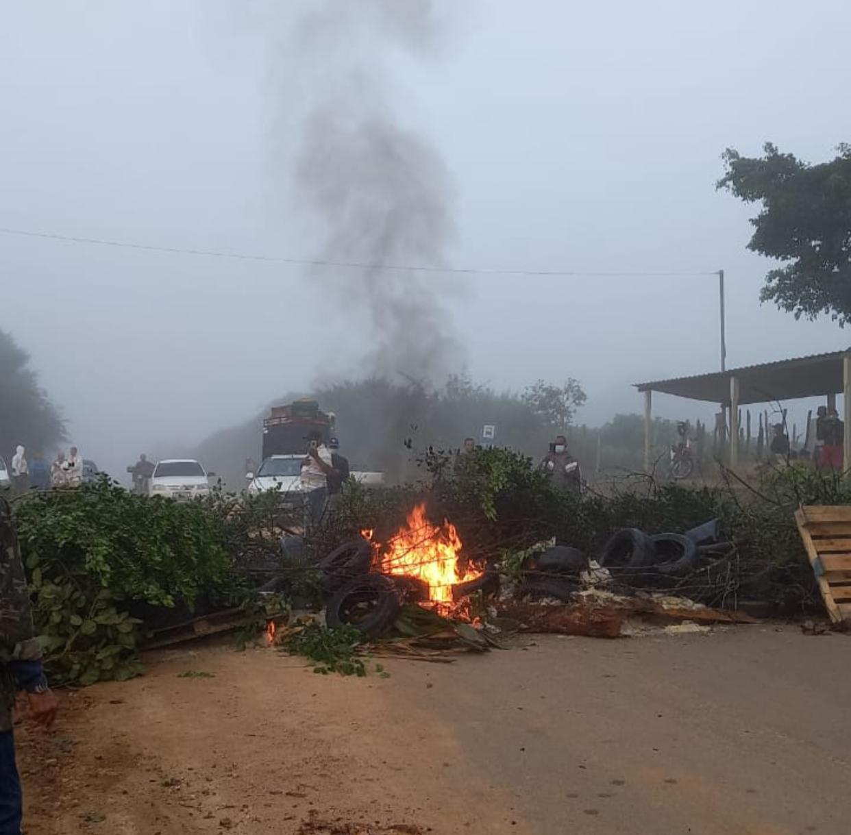 CORAÇÃO DE MARIA: Motoristas fecham BA-084 e fazem protesto