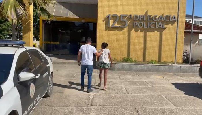 ABSURDO: Mulher é presa por ter vendido a filha por R$ 200; dinheiro seria para comprar drogas, segundo a polícia