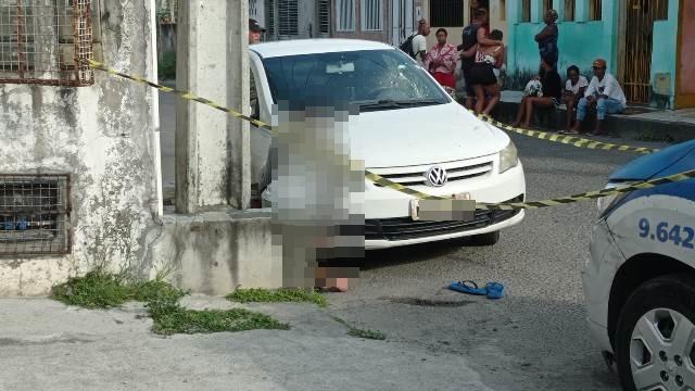 Policial é baleado em tentativa de assalto; um dos bandidos morreu
