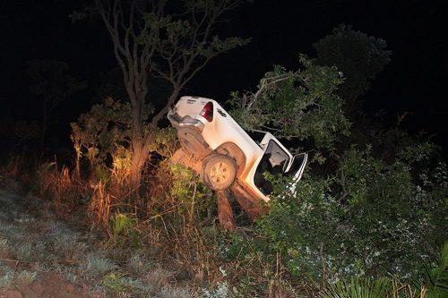 Mulher morre após caminhonete ficar presa em árvore no oeste da Bahia
