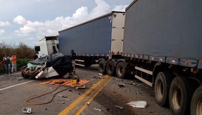 Batida entre carreta e carro de passeio deixa quatro pessoas mortas na Bahia